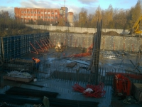 На фото: Процесс подготовки к заливке бетонных стен подземной части сооружения.